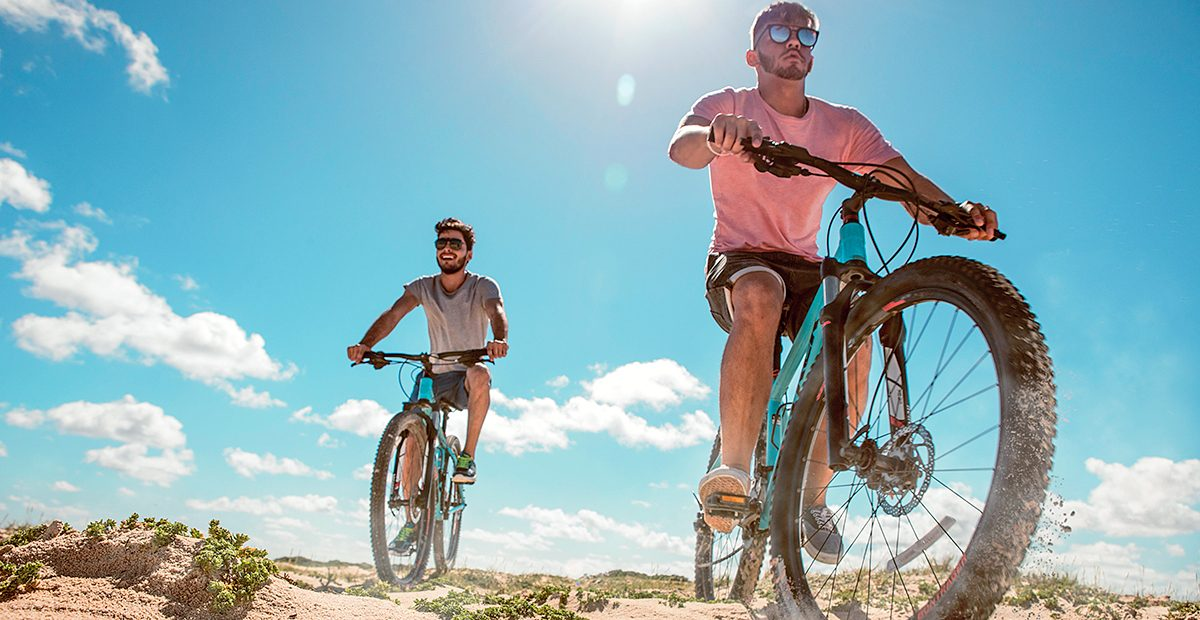 21963_ARUBA_Guys-cycling-in-the-dunes