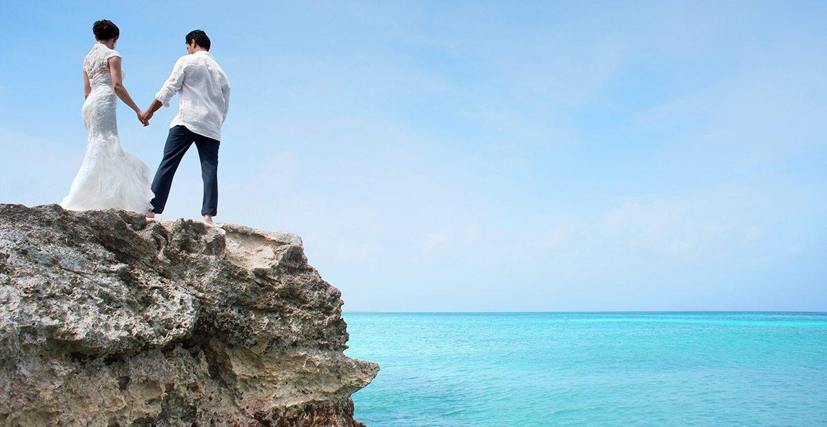 Newlyweds on the Aruban coast